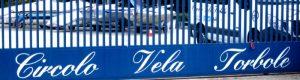 Blau-weißes Tor des Segelclubs in Torbole